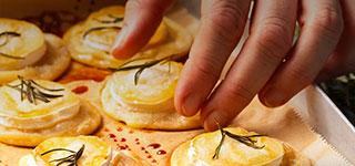 Mini Flammkuchen mit Honig und Rosmarin