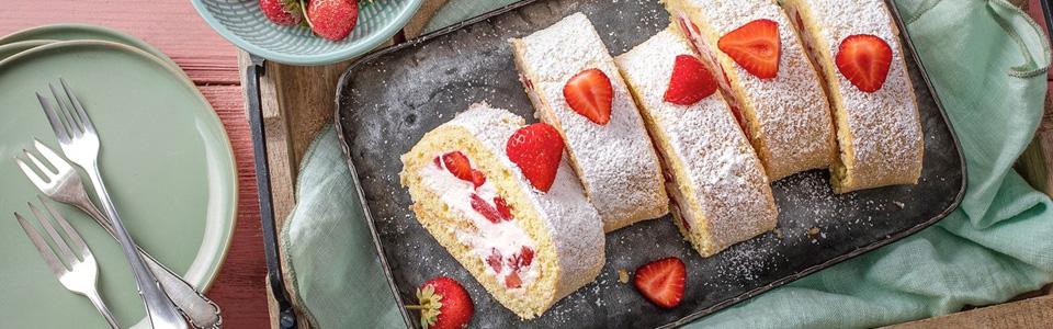 Glutenfreie Biskuitrolle mit Erdbeeren